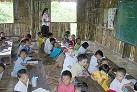 難民キャンプの中の教育施設.jpg